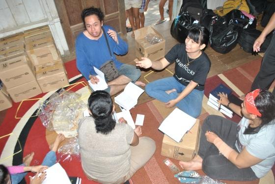 Team LF sedang menulis alkitab & nyanyi ungkup dalam bahasa Dayak Ngaju